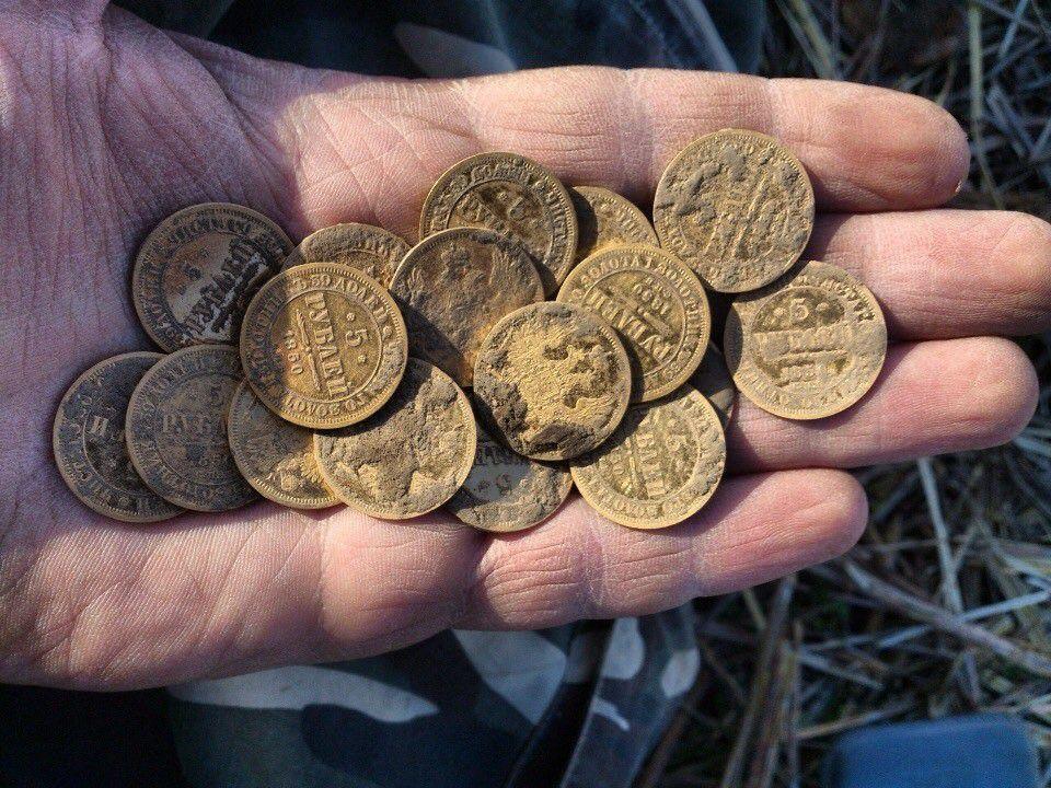 монеты в руке